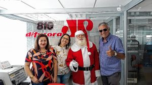 PRESENÇA NATALINA: Cristina Tancredi, do marketing do Maxi Shopping, e o Papai Noel em visita aos estúdios da Difusora